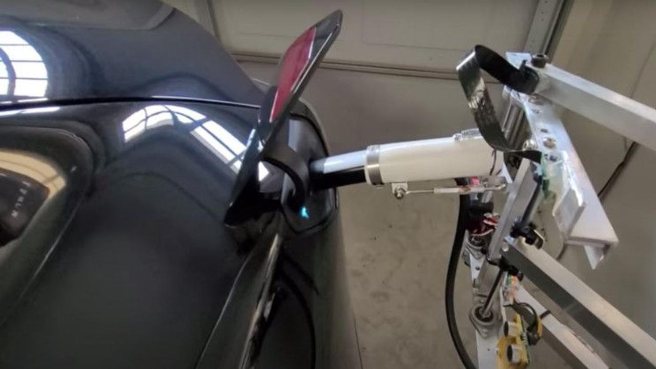 Инженер создал роботизированное зарядное устройство для Tesla в своем гараже