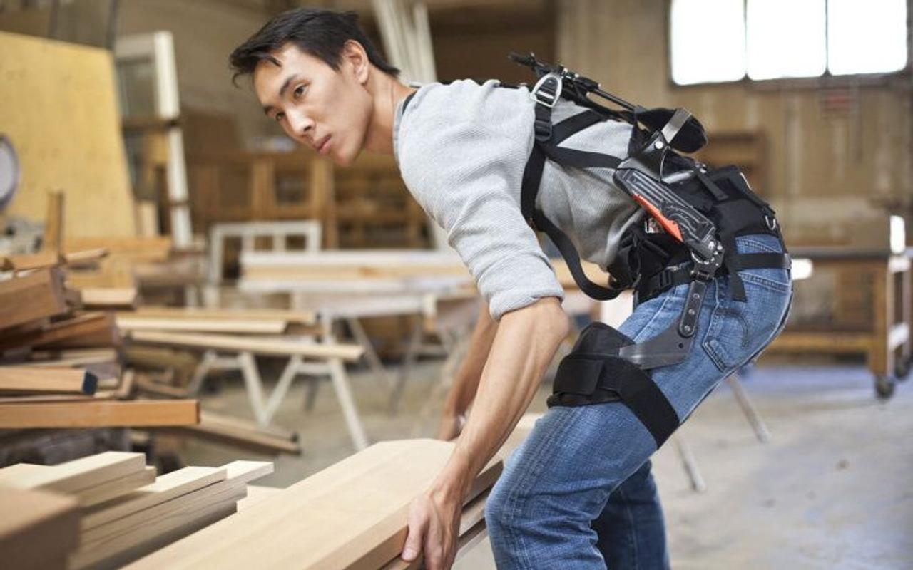 Экзоскелеты SuitX, повышают эффективность работы с грузами, а также предотвращают травматизм