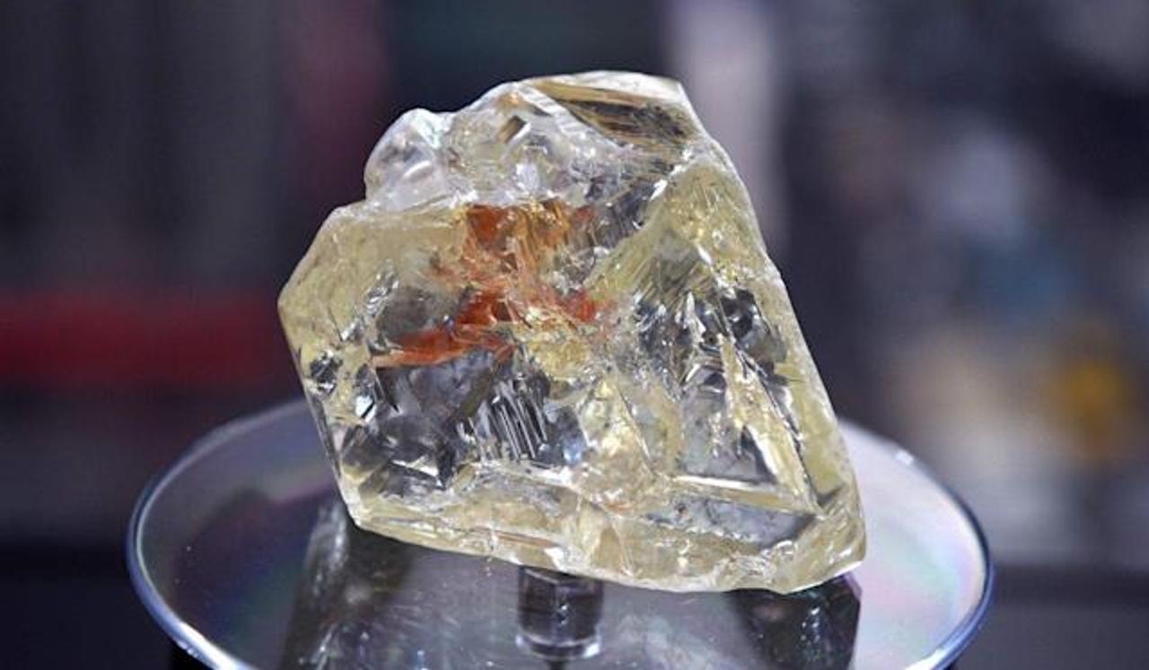 Китайские ученые создали новое стекло, твердое как алмаз и обладающее способностями полупроводника