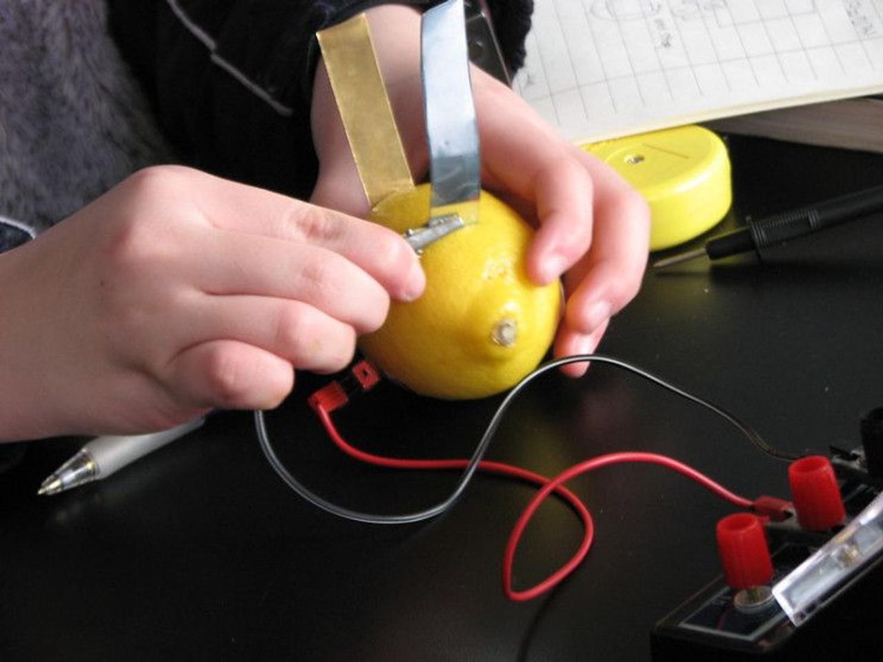 Сколько можно получить электричества из обычного лимона?