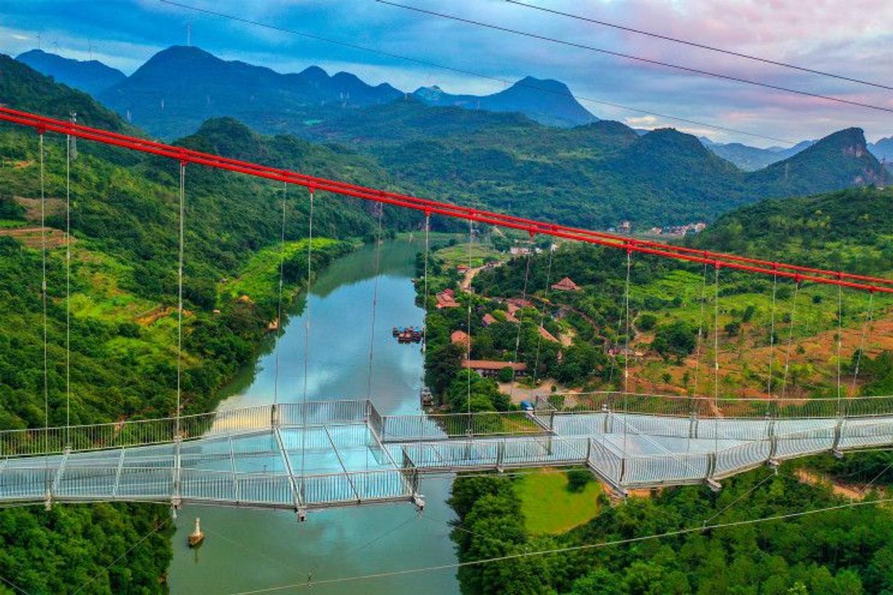 В Китае построили самый длинный стеклянный мост в мире, длинной 526 метров