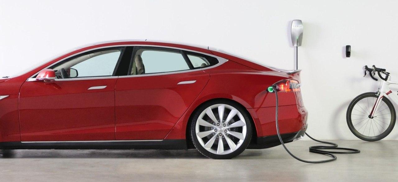 Tesla представила домашнюю станцию для зарядки электромобилей