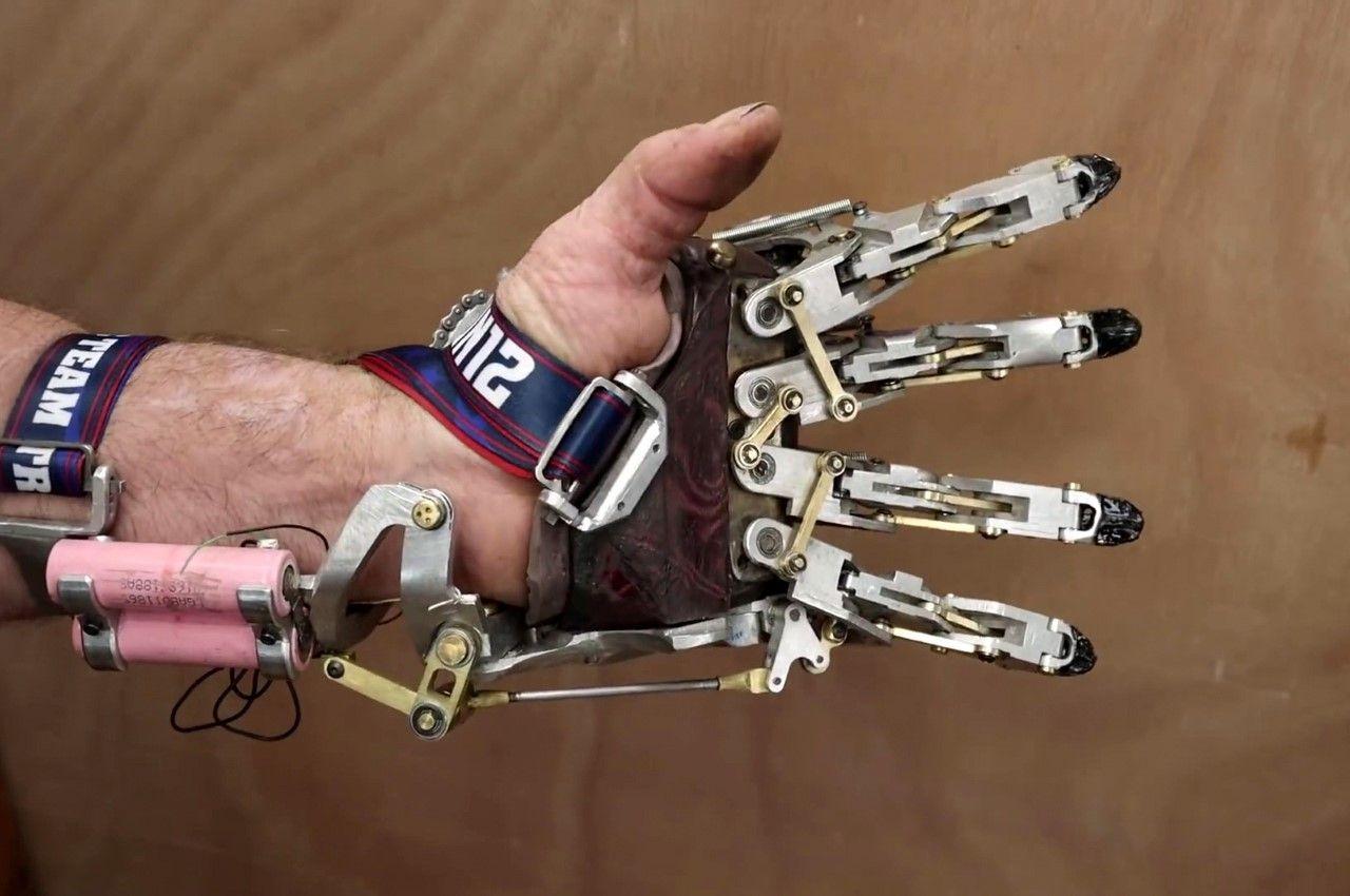 Лишившись пальцев, инженер создал для себя механический протез руки