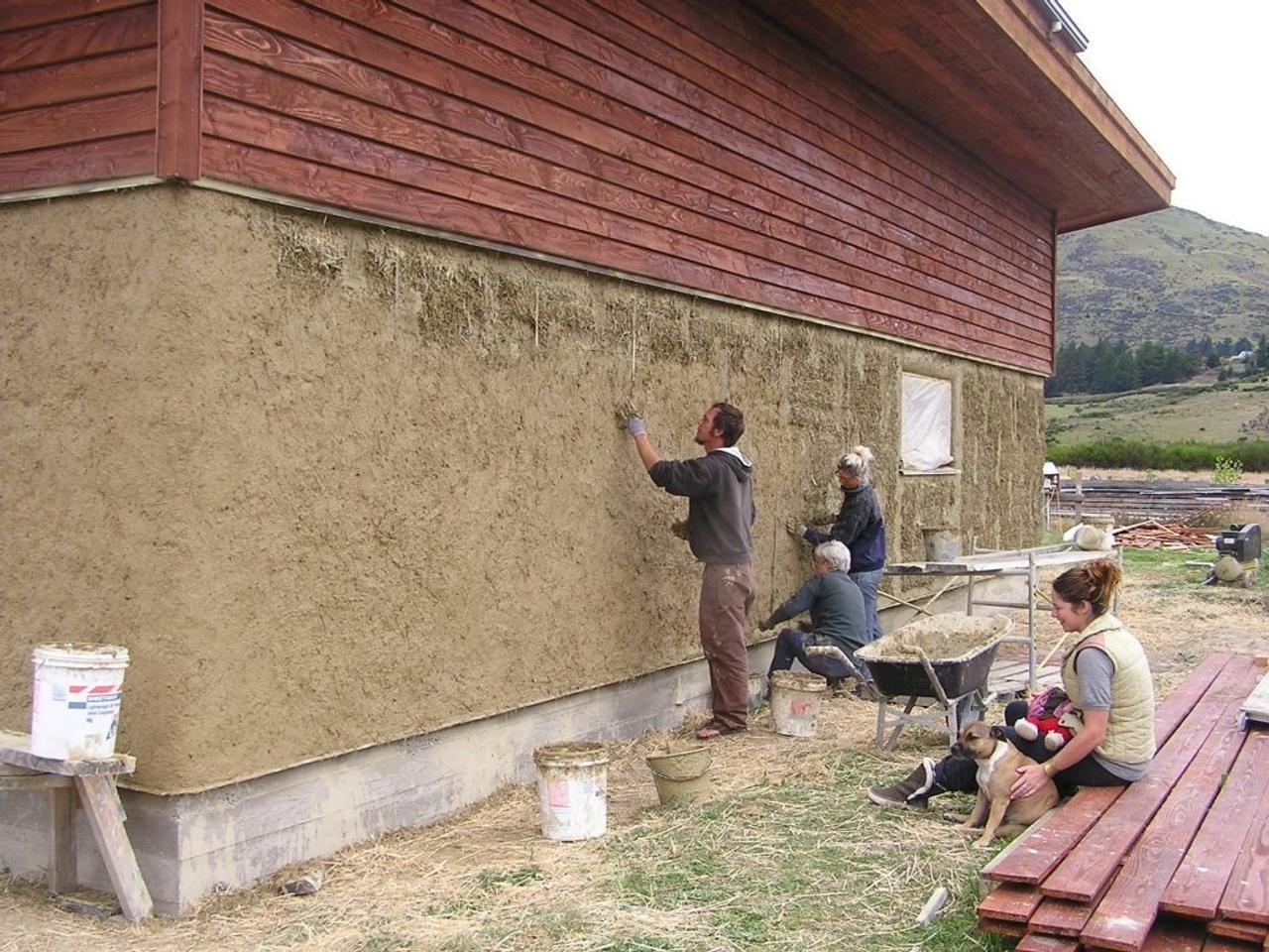 Технология теплоизоляции дома при помощи глины с добавлением опилок или соломы