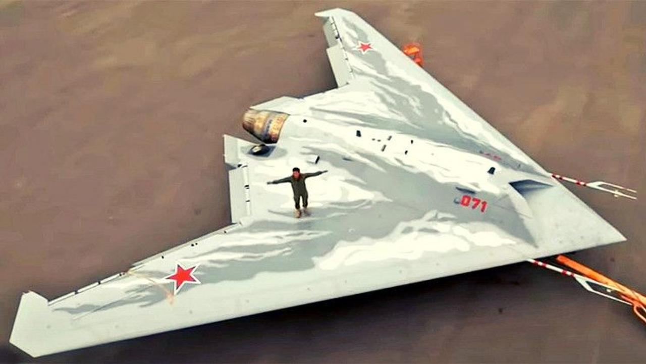 Российская корпорация Sukhoi показала боевой беспилотник дальнего действия С-70 «Охотник»
