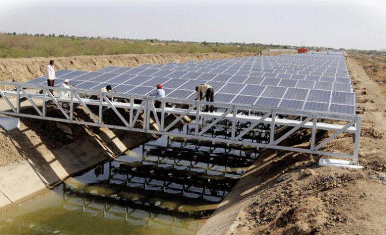 Установка солнечных станций над водными каналами, даст чистую энергию и поможет сохранить запасы пресной воды