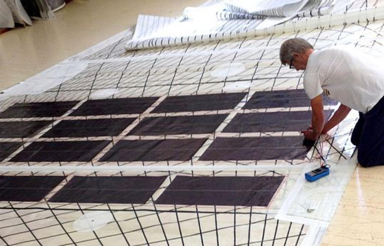 Гибкую фотоэлектрическую ткань компании Solar Cloth будут использовать для транспорта
