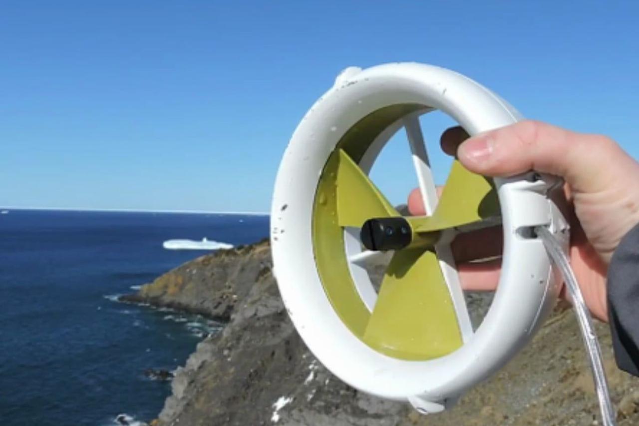 Портативная турбина Waterlily вырабатывает электричество от воды, и от ветра, незаменима в походах