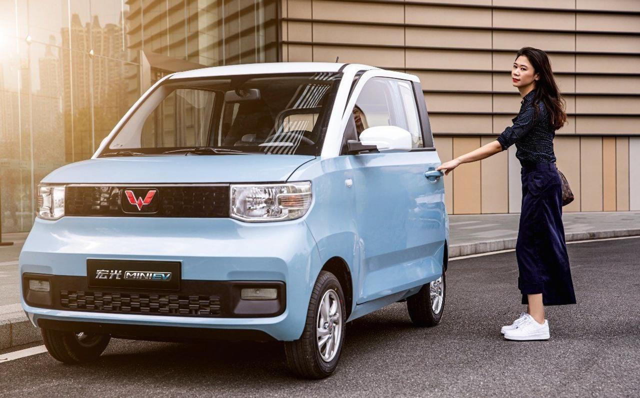 Китайский электромобиль Wuling Hongguang Mini за $4500 обошел по популярности Tesla Model 3